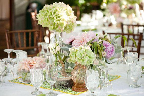 ahora que estamos en primavera apetece disfrutar de las flores y por qu no contar con ellas para decorar las mesas de la celebracin de la boda