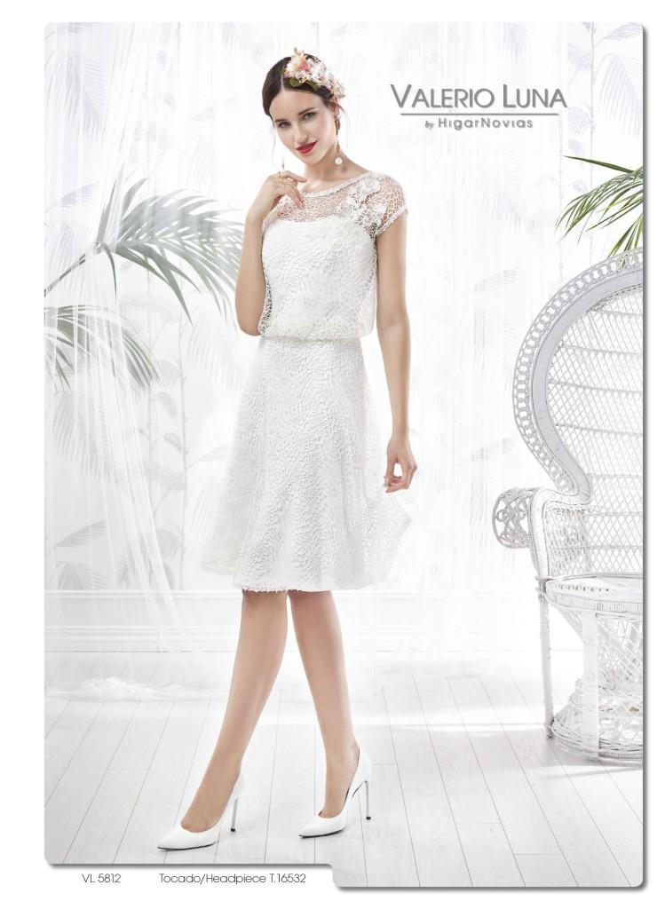 ba95487a9d Este vestido hecho en rejilla de chantilly posee falda a capa cortada en la  cintura y adornada con una puntilla con cristal. El cuerpo es ablusado con  ...